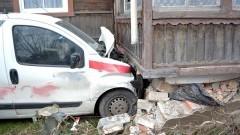 Marzęcino: Firmowe auto uderzyło w ganek budynku mieszkalnego. - 07.12.2017