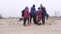 Sprzątanie plaży to już rodzinna akcja. Mewia Łacha gotowa do wiosennego sezonu