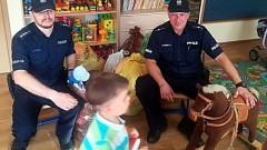 Dobre serce nie wychodzi z mody – policjanci przekazali dzieciom ubrania i zabawki