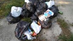 """Pamiątki po """"dobrej zabawie"""" porzucone na ulicy Polnej w Kątach Rybackich."""