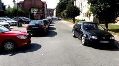 Wiemy, że miejsc czasem brakuje, ale następnym razem prosimy pamiętać o innych. Mistrz parkowania na Poczty Gdańskiej w Malborku.