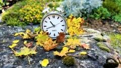 W ten weekend śpimy dłużej. Zmiana czasu letniego na zimowy.