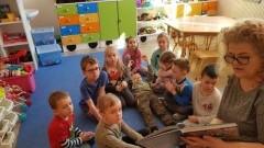 Rodzice czytają przedszkolakom w Jantarze.