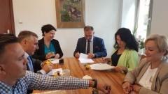 Powiat nowodworski: Likwidacja barier architektonicznych w placówkach podległych. Podpisanie umów z pełnomocnikami PFRON