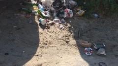 W Jantarze na plaży wciąż brudno. Turyści zaniepokojeni sytuacją.