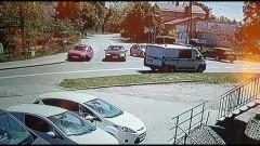 Pijany kierowca zatrzymał się dopiero przed sklepem.