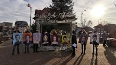 """Nowy Dwór Gdański. Uliczna wystawa """"Kobiety Ikony"""" Martyny Kowalskiej."""