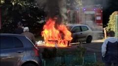 Nowy Dwór Gdański. Pożar samochodu na osiedlowym parkingu.