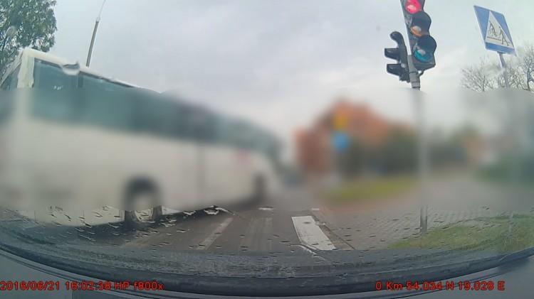Malbork: Kierowca prywatnej linii autobusowej przejeżdża na czerwonym świetle - 21.06.2016