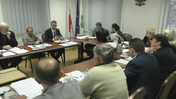 Wyższe opłaty za śmieci i budżet na przyszły rok. II Sesja Rady Gminy Ostaszewo.