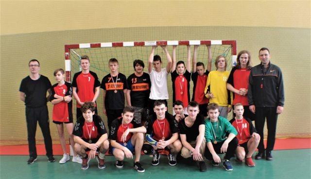 III miejsce drużyn z SP w Sztutowie na Mistrzostwach Powiatu w Piłce Ręcznej Chłopców