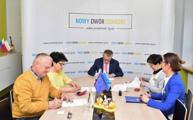 II etap przebudowy chodników na ulicy Łąkowej w Kmiecinie- podpisano umowę.