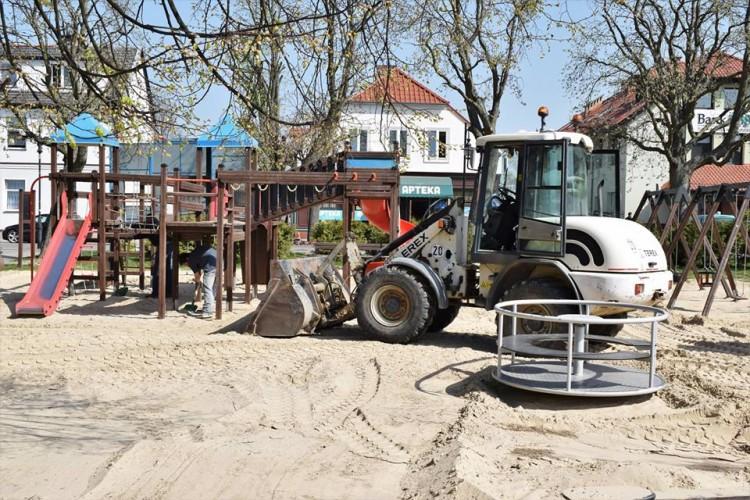 Prace na miejskich placach zabaw w Nowym Dworze Gdańskim