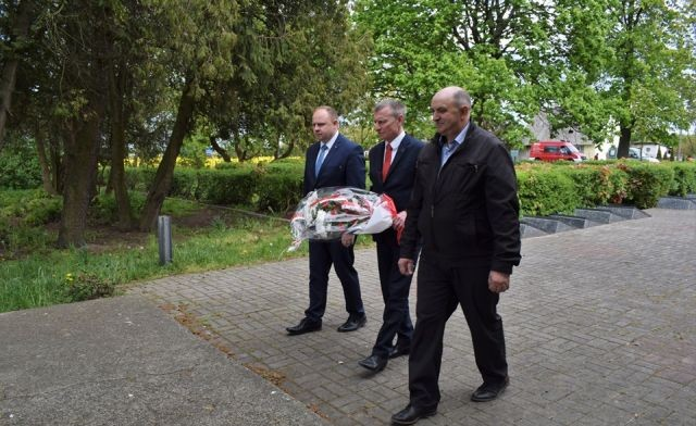 Złożenie kwiatów na cmentarzu Armii Radzieckiej w Kmiecinie