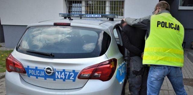 Wybił szyby w aucie i groził pobiciem. Policja zatrzymała 27-latka.