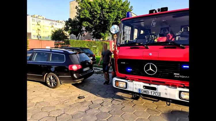 Kobieta zmarła w mieszkaniu. Strażacy mieli utrudniony dojazd do budynku.