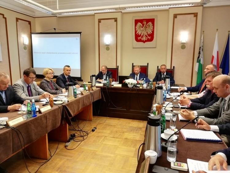 Nadzwyczajna sesja Rady Powiatu Nowodworskiego. Zobacz porządek obrad.