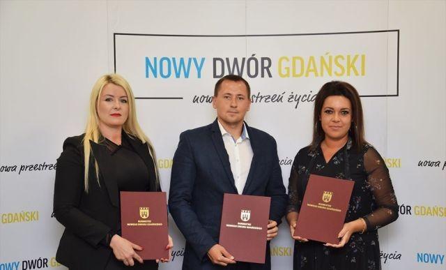 Nowy Dwór Gdański: Wręczenie aktu nadania awansu zawodowego dla 3 nauczycieli