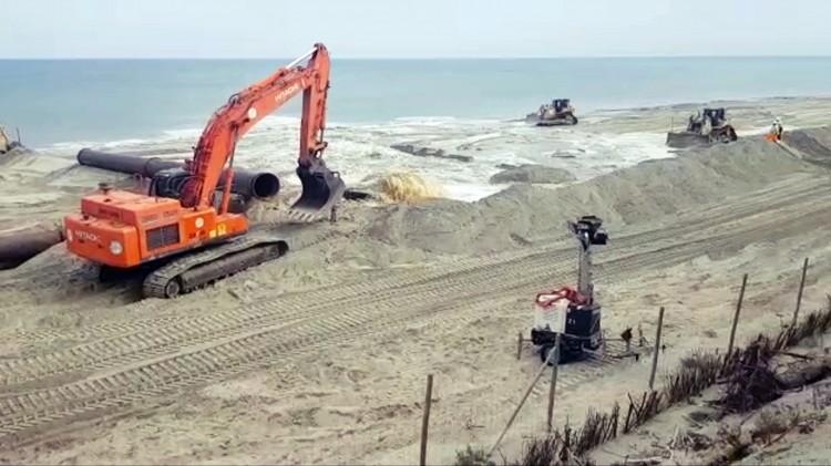 Zobacz efekt poszerzania plaż na Mierzei Wiślanej. Nagrania robią wrażenie.