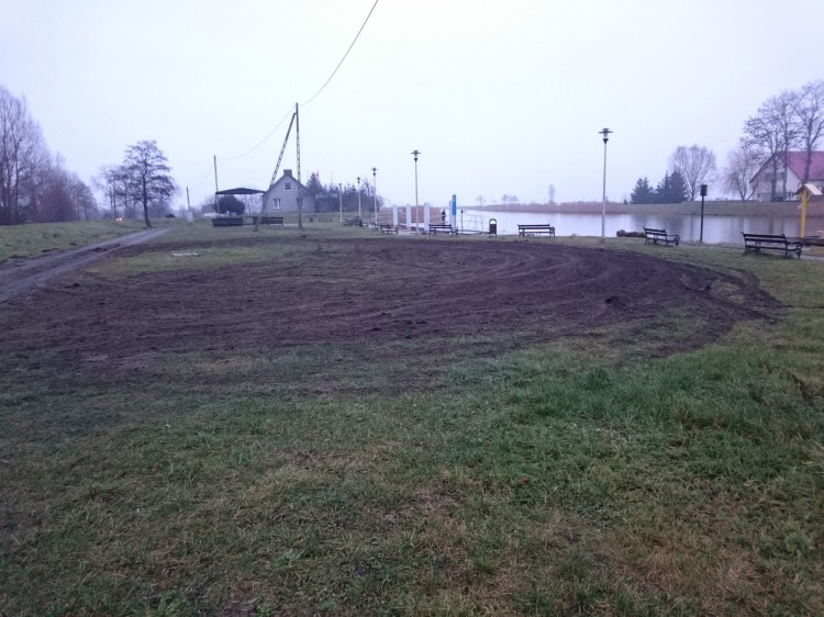 Kto zniszczył teren przy przystani na Wiśle Królewieckiej w Sztutowie?