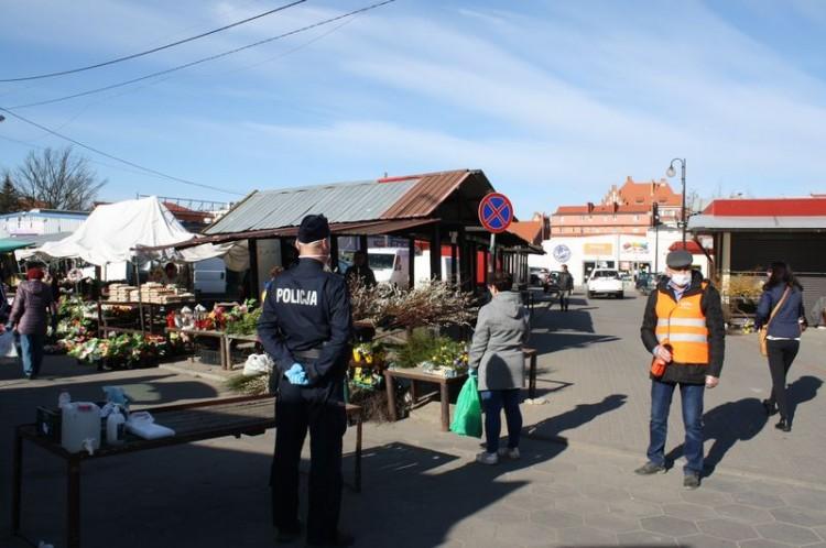 W dzień targowy wzmożone kontrole na miejskim targowisku.
