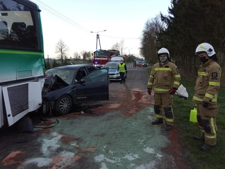 Pijana uderzyła osobówką w autobus. Pasażerkę zabrało LPR.