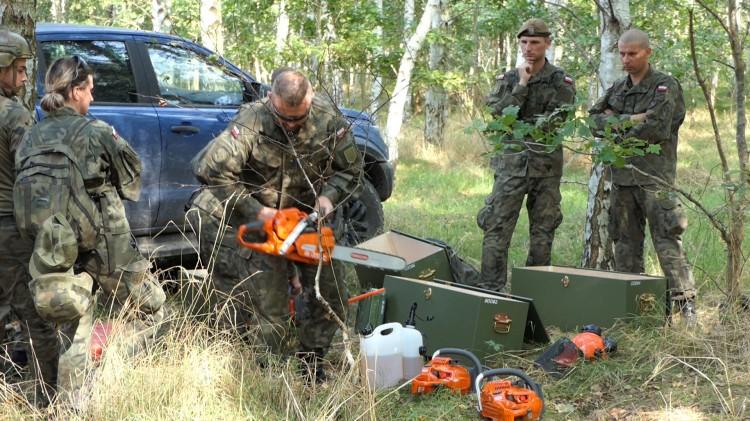 Strażacy i terytorialsi tym razem ćwiczyli w lesie.
