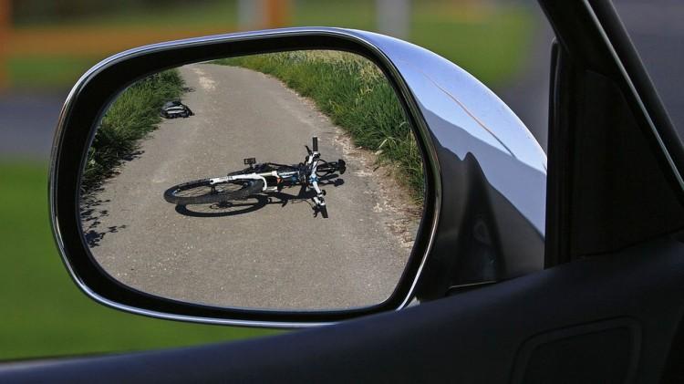 W wypadku z udziałem rowerzysty i motocykla jedna osoba trafiła do szpitala – raport nowodworskich służb mundurowych.
