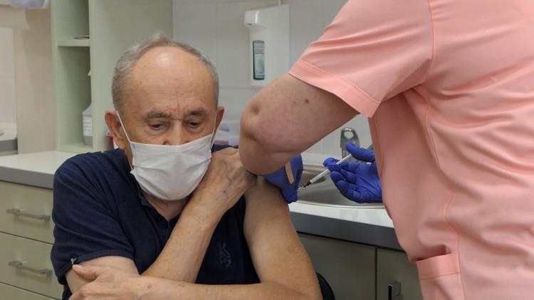 Malbork. Ruszyły szczepienia najstarszych mieszkańców. Zobacz wideo.