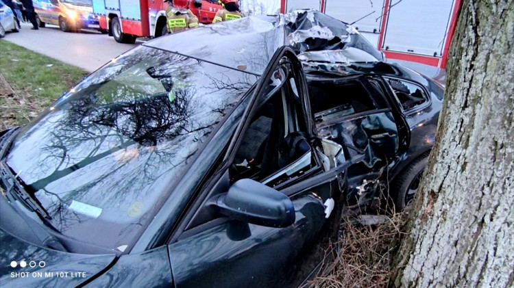 Sztum. Młody kierowca trafił do szpitala po uderzeniu w drzewo.