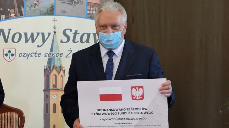 Nowy Staw. Uroczyste podpisanie umowy na dofinansowanie remontu drogi we wsi Lubstowo.