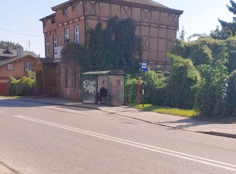 Mieszkańcy Kałdowa bezradni - bezdomny zamieszkał na przystanku, a nocuje na schodach szkoły!