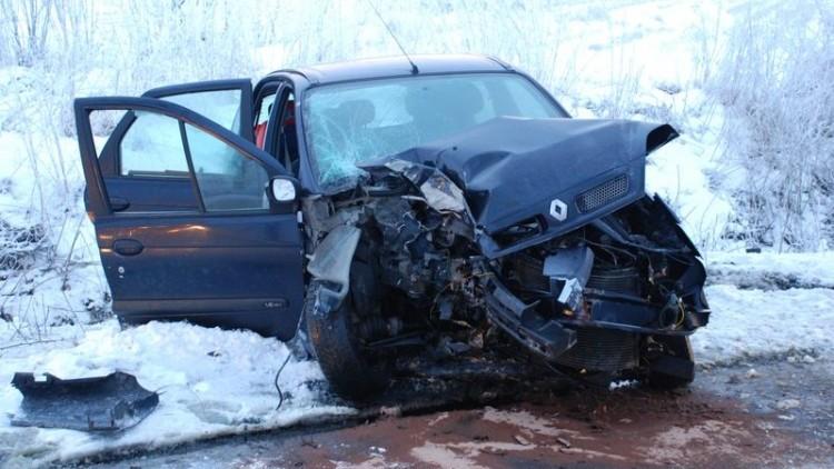 Brzózki: Straciła panowanie nad samochodem i uderzyła w drzewo. Kierująca…