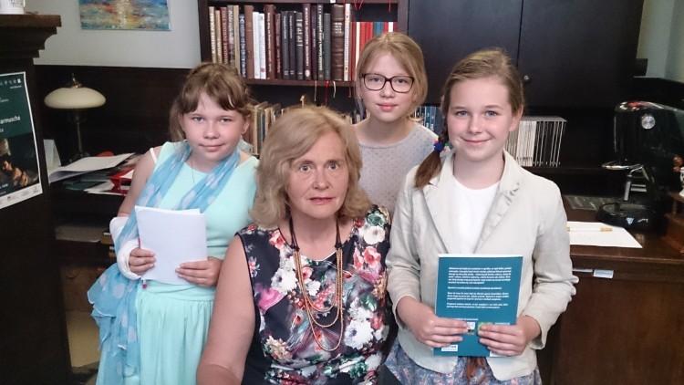 Uczennice z Drewnicy spotkały się w Gdańsku z pisarką Elżbietą Zubrzycką…