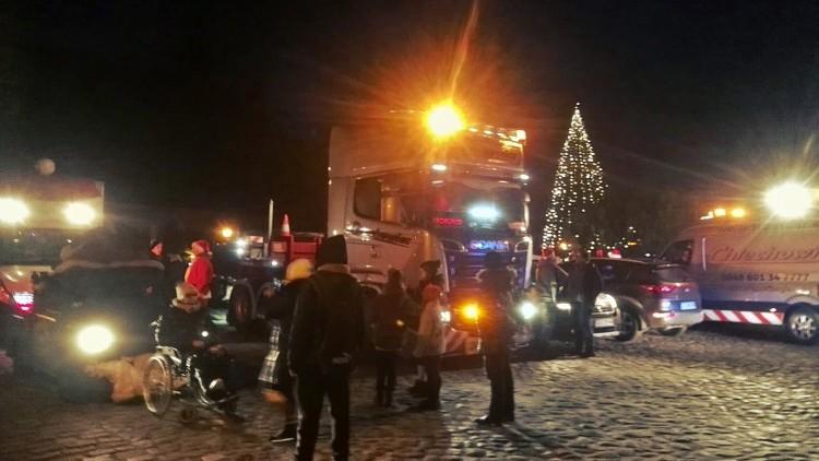 Konwój Mikołajów w ciężarówkach przejechał przez Malbork. Na pomoc…