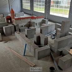 Malbork. Budowa nowej miniatury zamku pod namiotem.